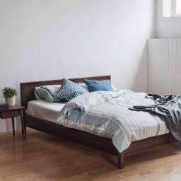 Кровать из американского ореха Solid Queen