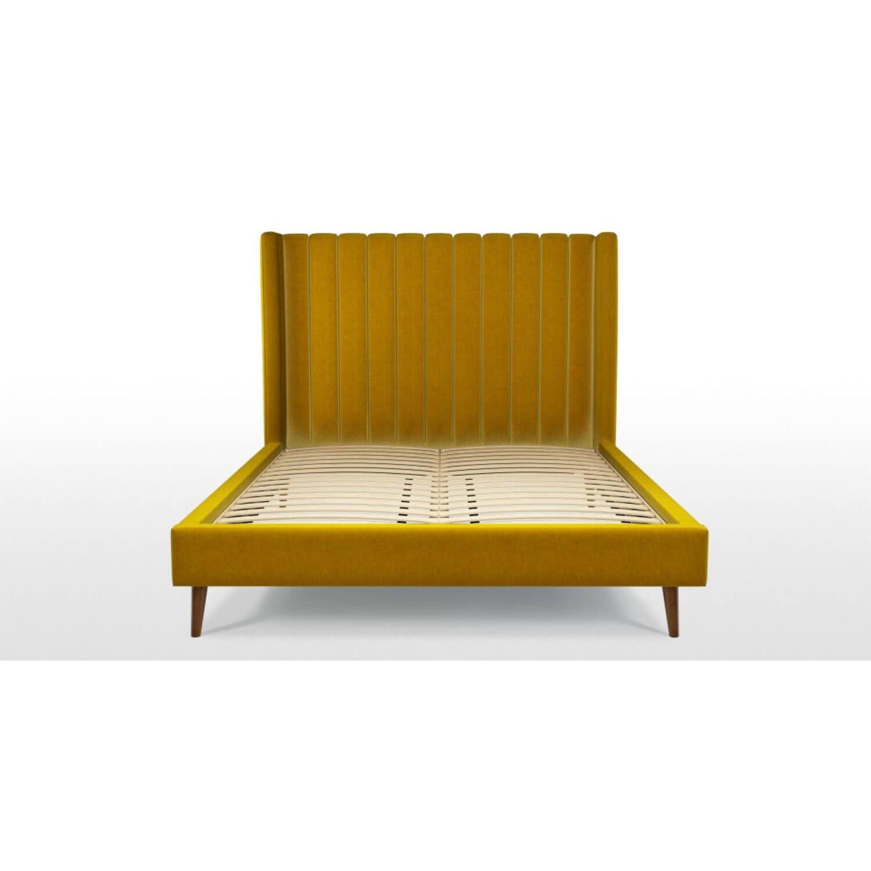Кровать Cory на деревянных ножках, желтая