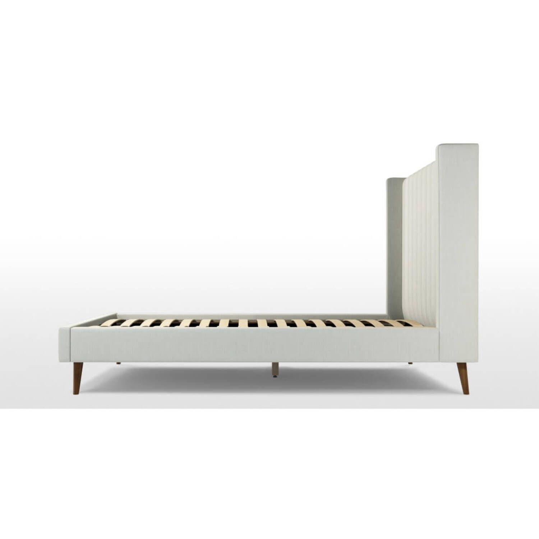 Кровать Cory на деревянных ножках, белая