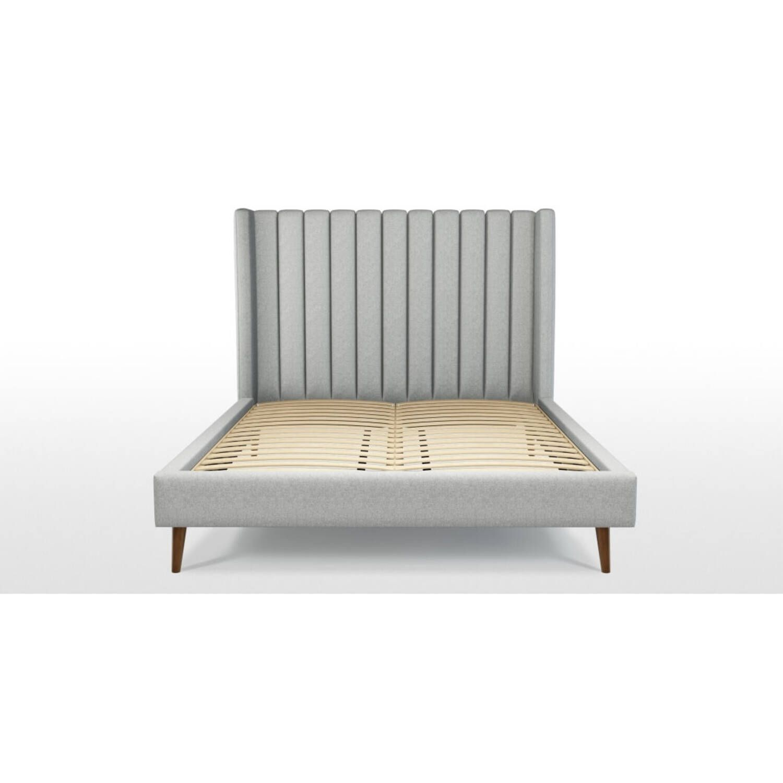 Кровать Cory на деревянных ножках, серая